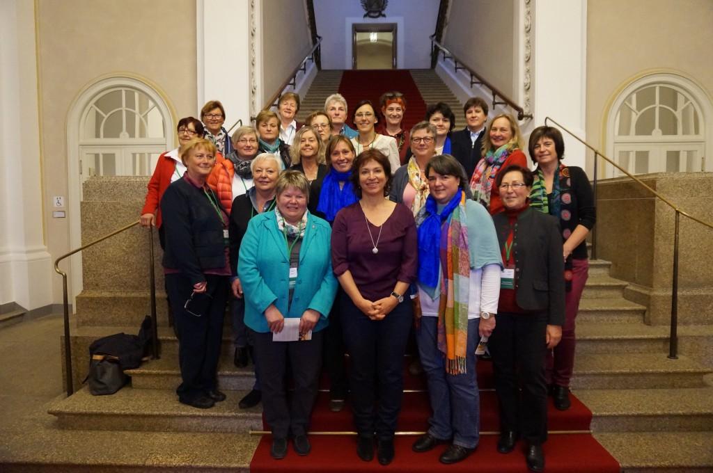 Landtagsabgeordnete Gisela Sengl empfängt eine Besuchergruppe des KDFB im Landtag