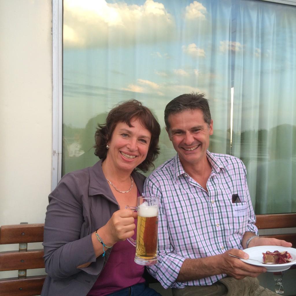 Gisela Sengl, MdL, mit stephan Semmelmayr (Chiemgau Tourismus) bei der Chiemsee-Schifffahrt anlässlich der Brauerei-Kooperation