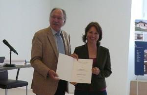 Klaus Spreng, Geschäftsführer der Bayerischen Akademie ländlicher Raum, überreicht die Berufungsurkunde an Gisela Sengl, MdL