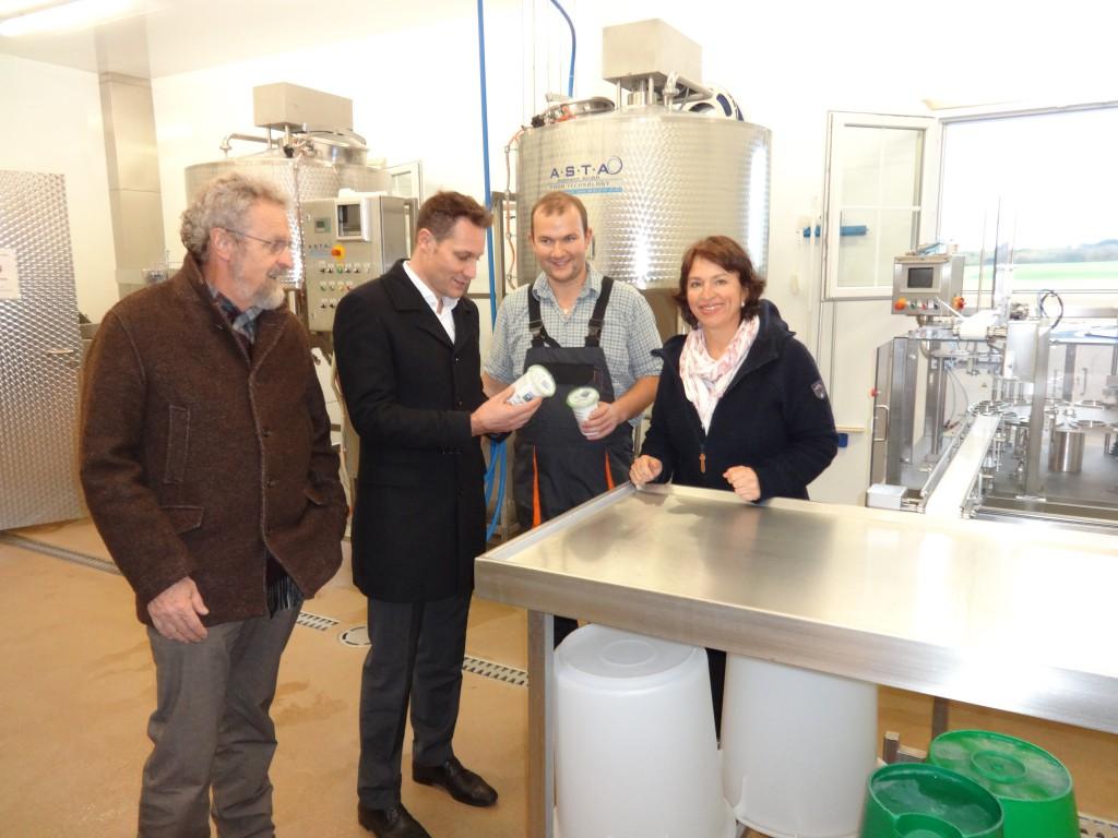 Die Landtagsabgeordneten Ludwig Hartmann (2.v.l.) und Gisela Sengl (r.) sowie Penzbergs 2. Bürgermeister Dr. Johannes Bauer besuchten die Joghurt-Molkerei des Landwirts Andreas Westenrieder (2.v.r.)
