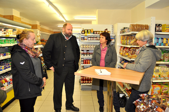 Besuchten den Dorfladen Schleching: (v. l.) Manuela Dreißigacker, Bürgermeister Josef Loferer, Landtagsabgeordnete Gisela Sengl, Martha Rappl - Foto: Sybilla Wunderlich