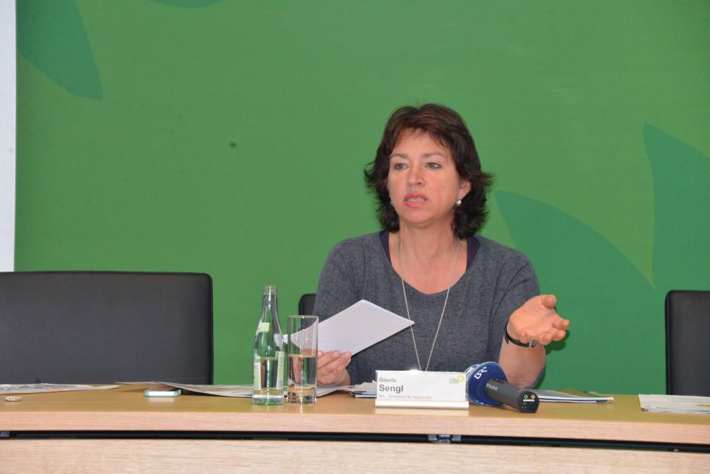Die agrarpolitische Sprecherin Gisela Sengl stellt in einer Pressekonferenz das grüne Antragspaket zum Bodenschutz vor (5.11.2015)