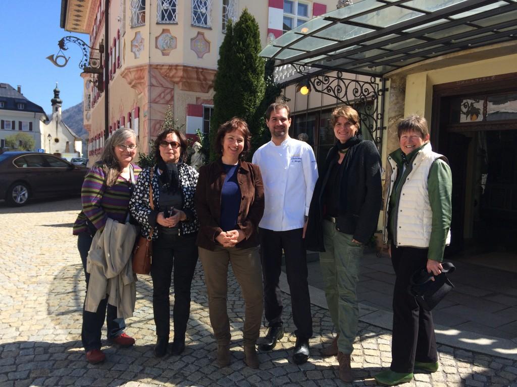 v.l.: Anita Fuchs (Kreisrätin), Elisabeth Sommer (Region in Aktion Aschau), MdL Gisela Sengl, Küchendirektor Steffen Mezger, MdL Claudia Stamm, Brunhilde Rothdauscher (Kreisvorstand Rosenheim)
