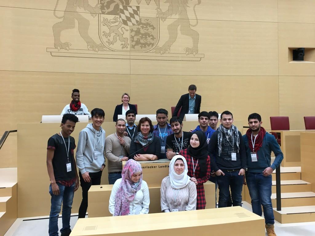 Schülerinnen und Schüler der Integrationsklasse der Kalscheuer-Schule im Plenarsaal im Landtag