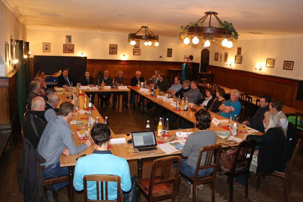 """Gisela Sengl, MdL (vorne Mitte) lud Vertreter der Wasserversorger, Ämter und Verbände in Traunstein zu einem Runden Tisch zum Thema """"Unser Wasser - unsere Verantwortung"""""""